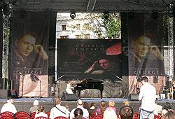 091006Enescu_001Pleinair_youngpianist.jpg